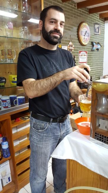 Juan, dueño de Espuma de Bar, en plena faena